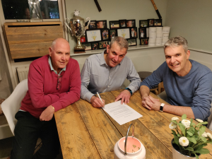 Ondertekening contract Travelberry BV