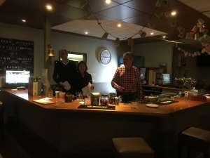 Reinout, Marleen en Wim achter de bar