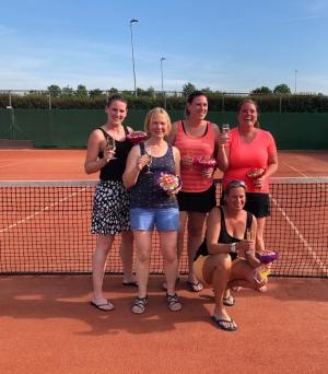 Dames 17+ zaterdag team 1: Laura Hopman, Margreet Wittink, Petra Tiehuis-Hopman, Femke Govaerts en Annemiek Hessels