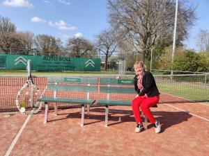 De twee tennisbankjes met het logo van Via Madeleine Uitvaartzorg